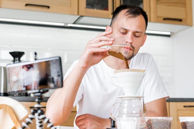 Mężczyzna robi kawie na kamerze