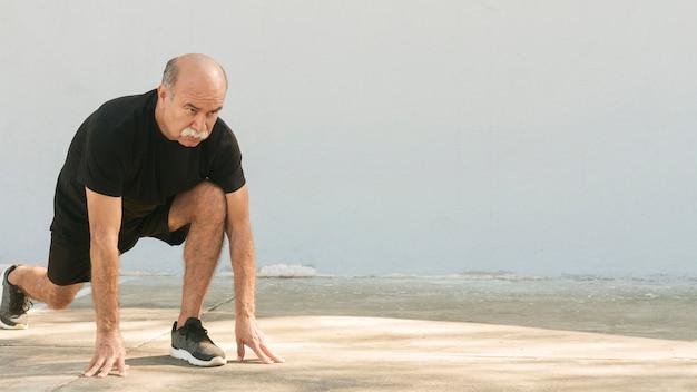 Mężczyzna robi lunges kopii przestrzeni