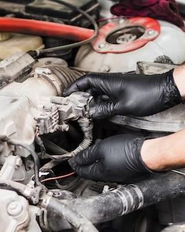 Mężczyzna robi naprawom na samochodowym silniku