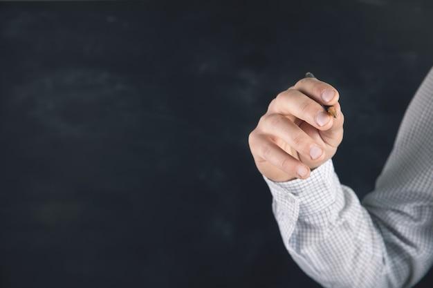 Mężczyzna robi notatki na ekranie dotykowym
