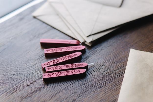 Mężczyzna robi pieczęć za pomocą laku na kopercie.