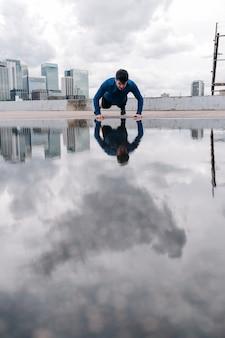 Mężczyzna robi pompki w london city fitness męskie pompki treningowe na zewnątrz