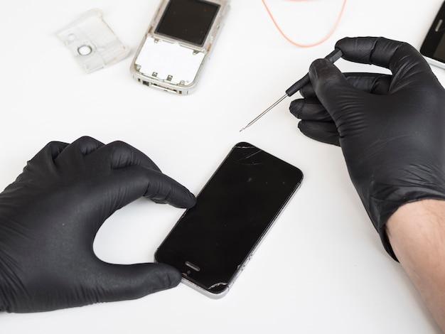 Mężczyzna robi pracom konserwacyjnym na telefonie