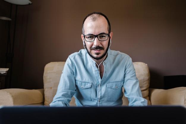 Mężczyzna robi pracy wideokonferencji z domu