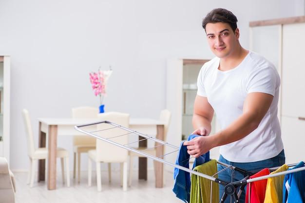 Mężczyzna robi pralni w domu