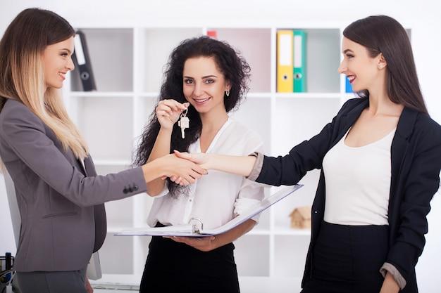 Mężczyzna robi prezentaci w biurowych i szkoleniowych kolegach