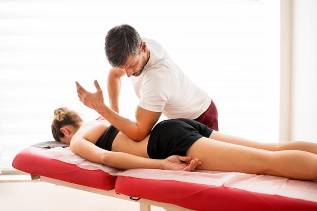 Mężczyzna robi quadratus lumborum mięśnia traktowaniu