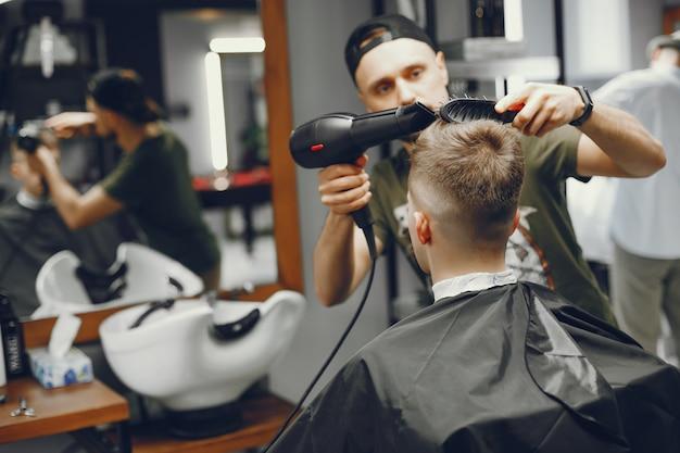 Mężczyzna robi schowek w zakładzie fryzjerskim