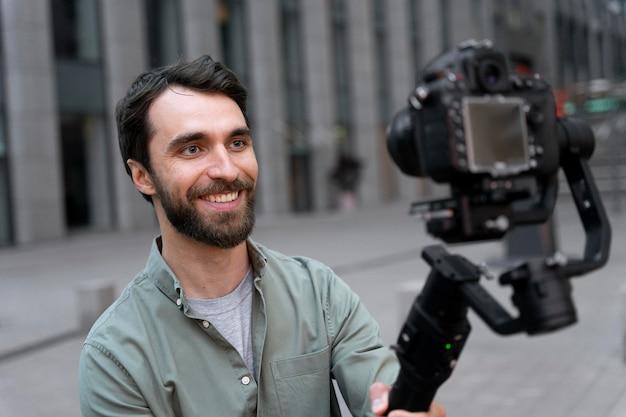 Mężczyzna robi selfie swoją kamerą telewizyjną