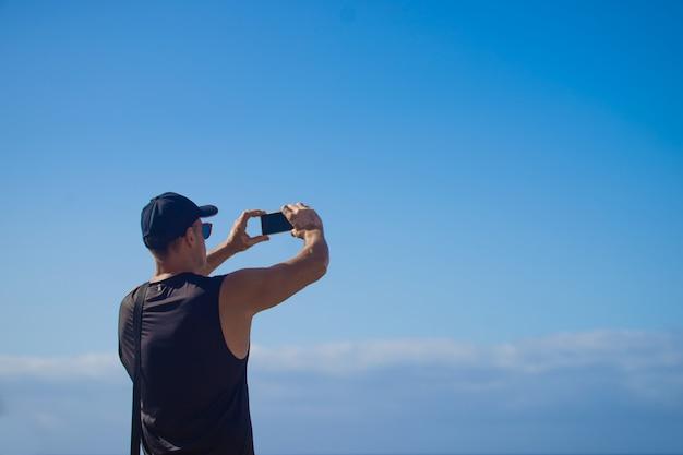 Mężczyzna robi selfie w naturze
