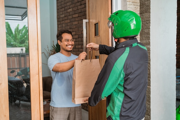 Mężczyzna robi zakupy online i dostarcza