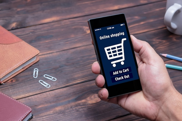 Mężczyzna robi zakupy w sklepie internetowym e-commerce.