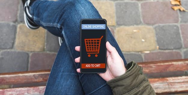 Mężczyzna robi zakupy w sklepie internetowym ecommerce.