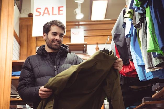 Mężczyzna robi zakupy w sklepie odzieżowym