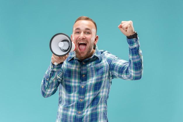 Mężczyzna robi zawiadomieniu z megafonem