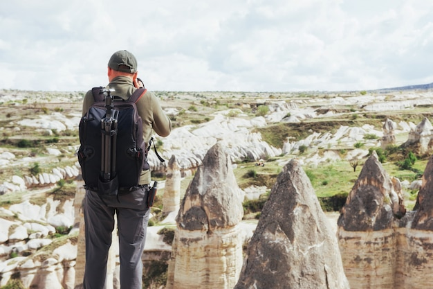Mężczyzna robi zdjęcia dolinom uwielbiającym góry wysokości. cappad