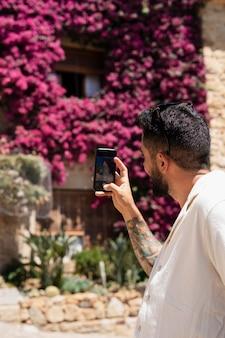 Mężczyzna robi zdjęcia z bliska