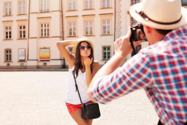 Mężczyzna robi zdjęcie swojej dziewczyny