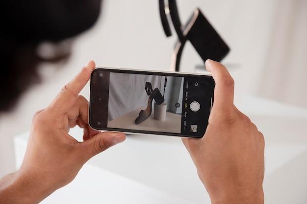 Mężczyzna robi zdjęcie w swoim studio