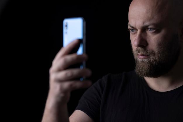 Mężczyzna robiący selfie telefonem komórkowym