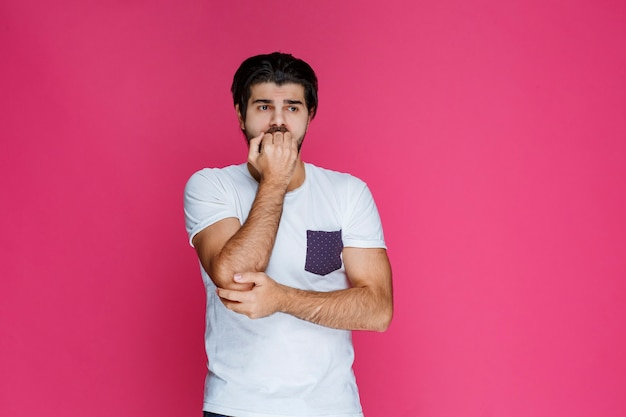 Mężczyzna robiący zdezorientowany, bzdurny wyraz twarzy, jakby nie miał pojęcia o temacie rozmowy.