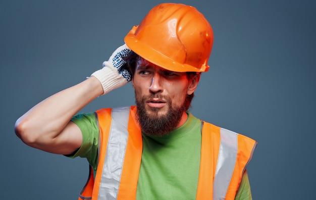 Mężczyzna robotnik w budowie emocji pomarańczowy farba