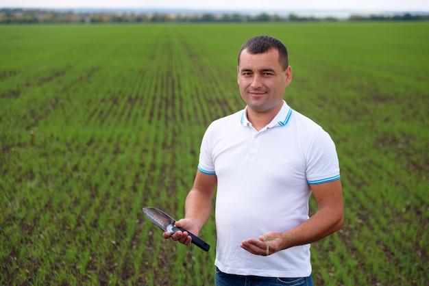 Mężczyzna rolnik w dziedzinie opieki nad uprawami
