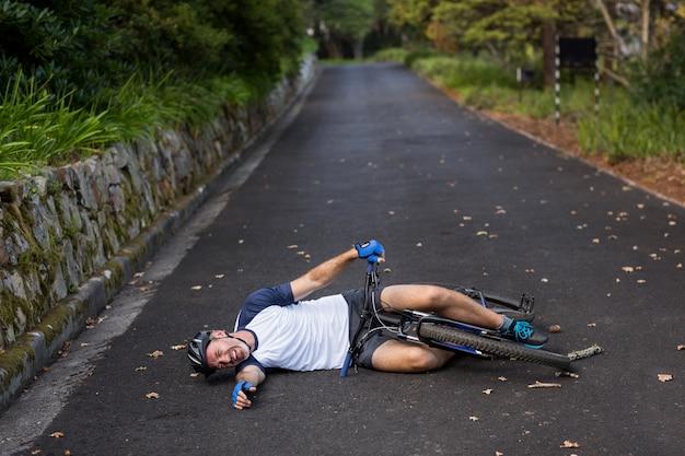 Mężczyzna rowerzysta spadł z roweru górskiego