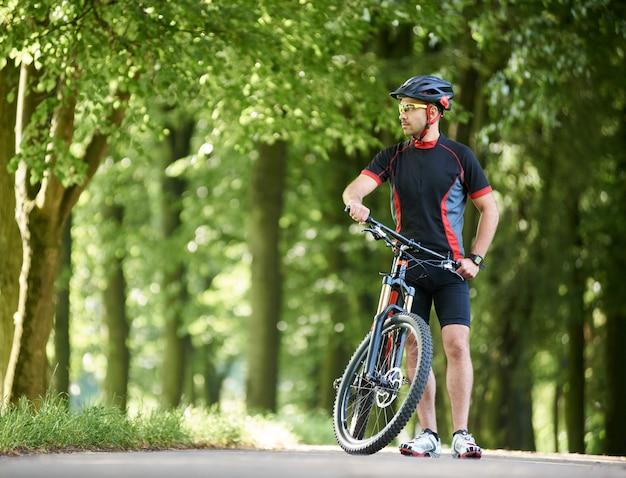 Mężczyzna rowerzysta w parku