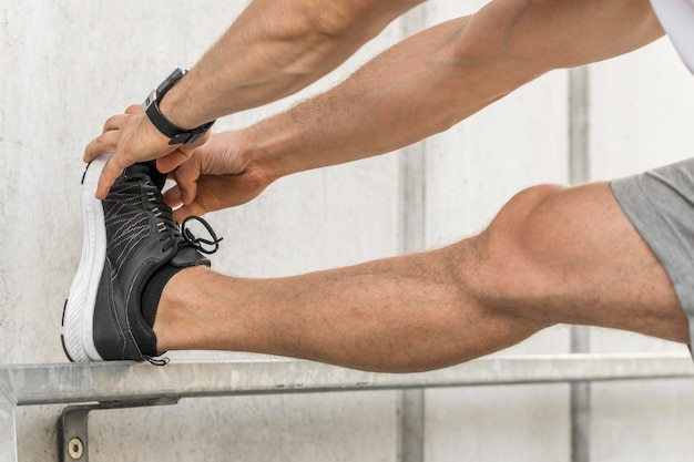 Mężczyzna rozciąga nogi na zewnątrz