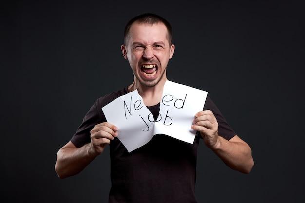 Mężczyzna rozdziera kawałek papieru