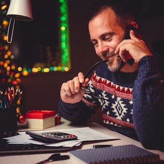 Mężczyzna rozmawia inteligentny telefon