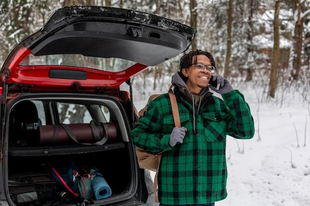 Mężczyzna rozmawia przez telefon komórkowy z plecakiem