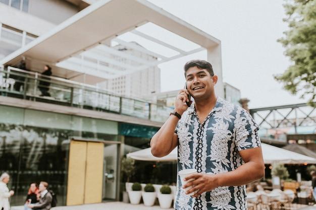 Mężczyzna rozmawia przez telefon w mieście