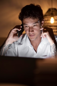 Mężczyzna rozmawia przez telefon z bliska