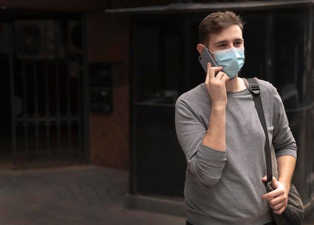 Mężczyzna rozmawia przez telefon z miejsca na kopię