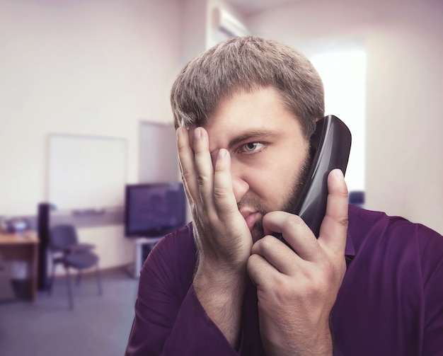 Mężczyzna rozmawia przez telefon