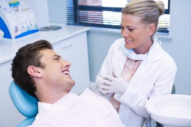 Mężczyzna rozmawia z dentystą w przychodni
