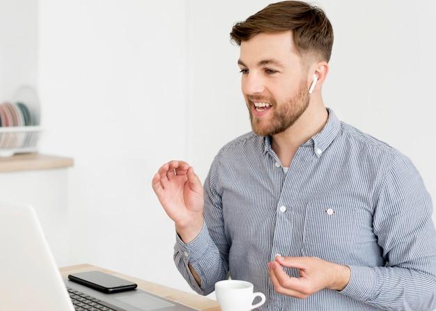 Mężczyzna rozmowa wideo na laptopie
