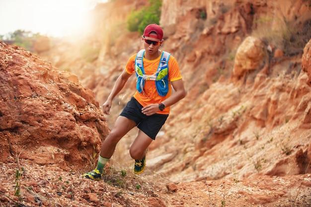 Mężczyzna runner of trail. i stopy sportowca noszące buty sportowe do biegania szlakiem w górach