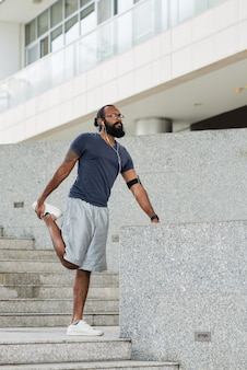 Mężczyzna runner rozciąganie na zewnątrz