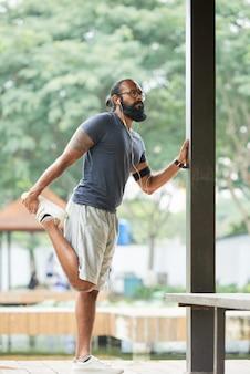 Mężczyzna runner rozgrzewka