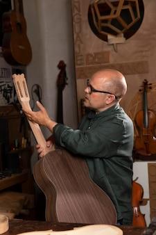 Mężczyzna sam robi instrumenty w swoim warsztacie