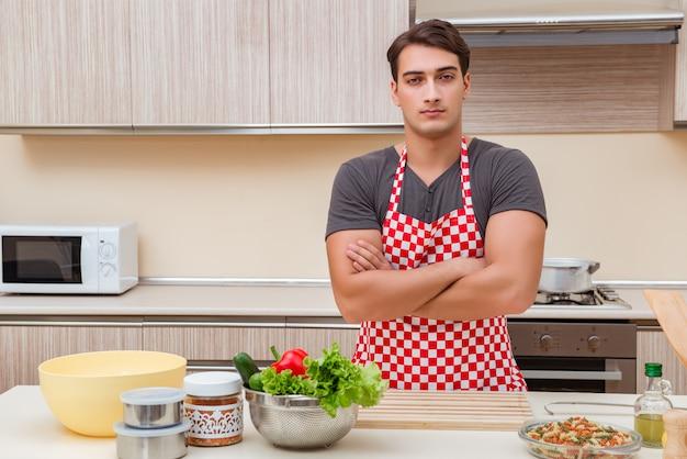 Mężczyzna samiec kucharza narządzania jedzenie w kuchni