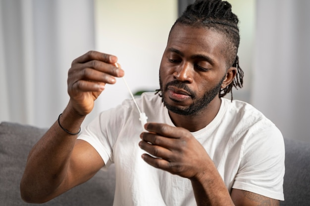 Mężczyzna samotnie poddający się testowi na robaczycę