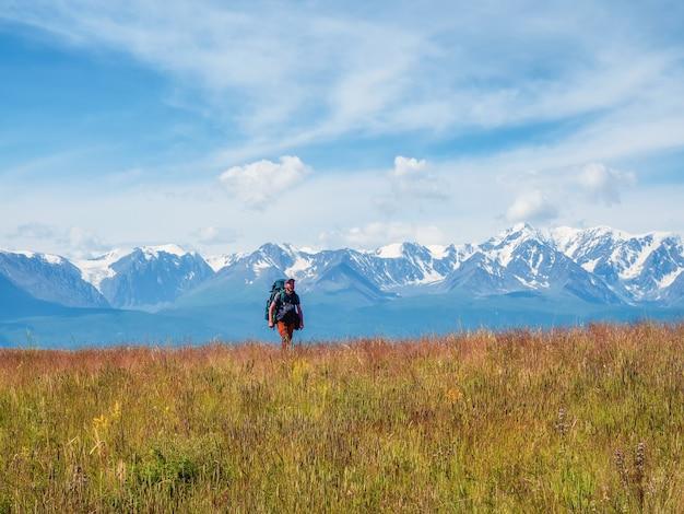 Mężczyzna samotnie podróżujący piesze wycieczki w góry, przygoda solo podróżowanie koncepcja stylu życia, aktywne weekendowe wakacje na dzikiej przyrodzie.