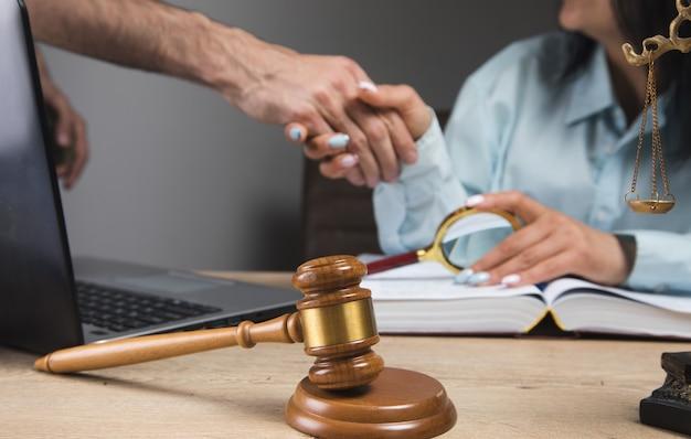 Mężczyzna ściskając rękę sędziego