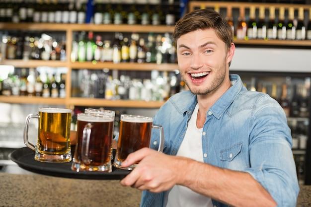 Mężczyzna serwujący piwa