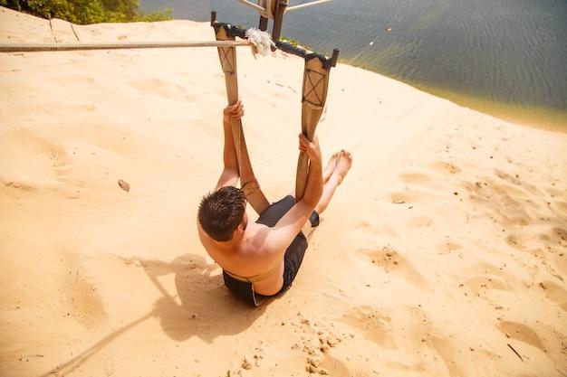 Mężczyzna siedzący na jej plecach i patrzący w bok na tyrolce z widokiem na lagunę jacom㣠w mieście natal -rn