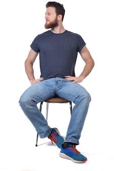Mężczyzna siedzący na krześle po stronie wyglądają na biały